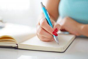 Skriver i en notesbog